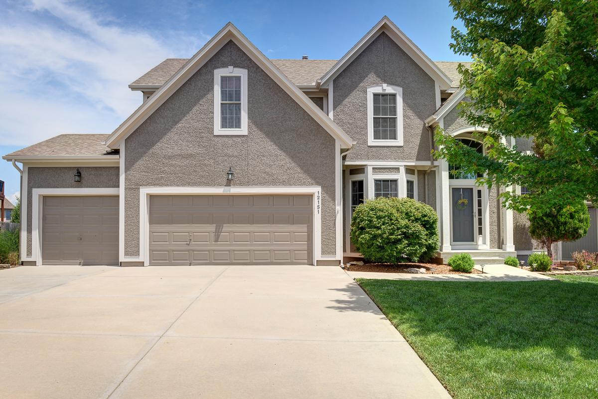 Beautiful Olathe home for sale with cul-de-sac location, hardwood floors, 4 bedrooms and 5 bathrooms