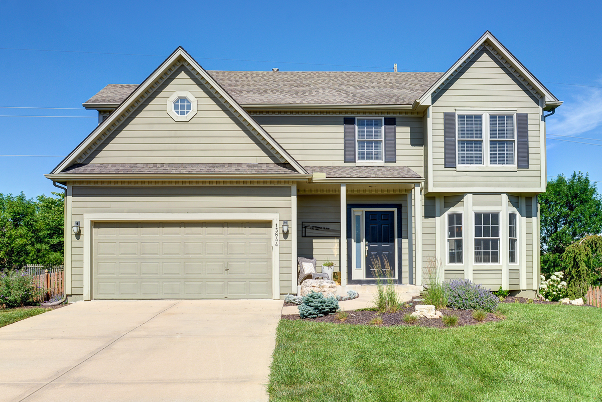 Beautiful Olathe home for sale with 4 bedrooms, 3.5 bathrooms and open floor plan.